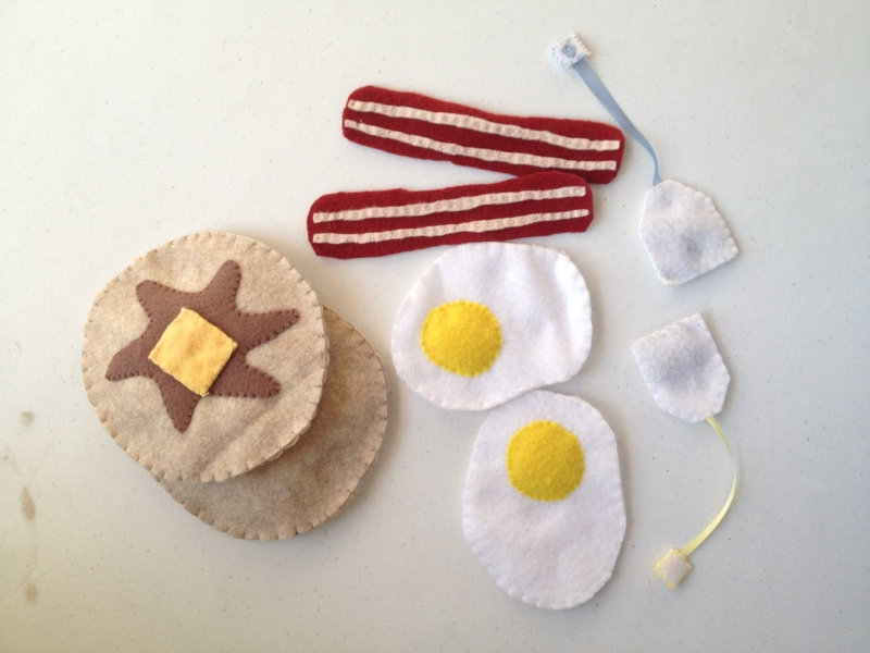 Free felt breakfast food tutorial by Skirt Fixation for Sew Mama Sew